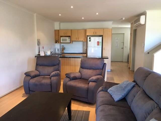 Luxury 3 BR City Resort Apt, Free WiFi & Carpark