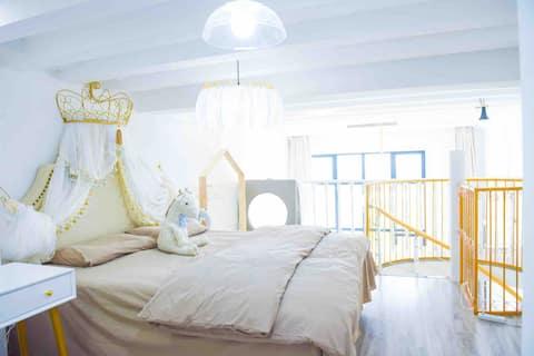 灰灰民宿 | 滑滑梯 | 120寸投影仪 | 电动窗帘 | 公主床 | 落地窗 | 游戏机 |