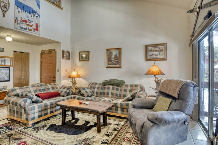 Cozy family-friendly condo w/ easy access to snowboard & fish - walk to lift!
