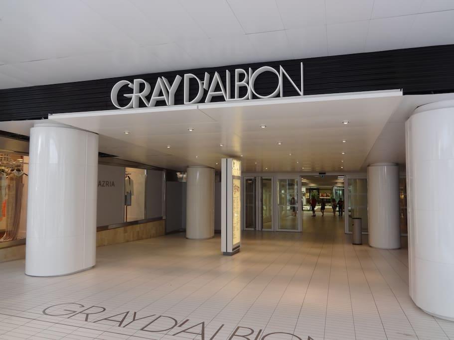 """L'appartement se trouve au 4ème étage au-dessus de la galerie """"Le Gray d'Albion"""""""