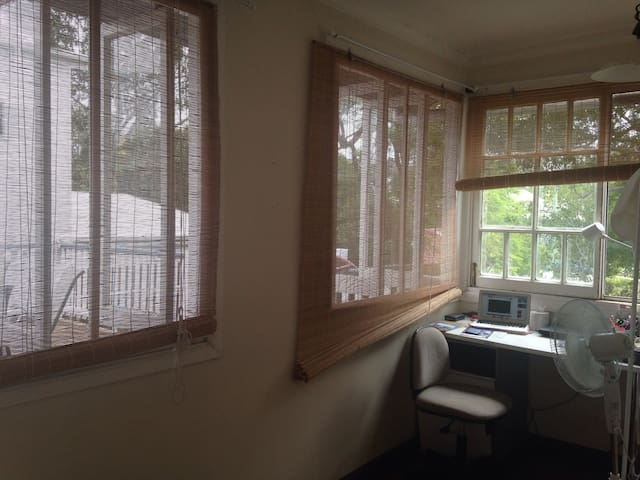 A light and airy renovated Queensland home. - Indooroopilly - House