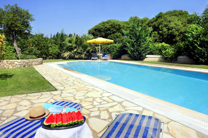 large beautiful garden, pool,family-friendly villa - Agios Ioannis - Willa