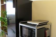 Induktionsherdplatte, Mikrowelle, Toaster, Töpfe und Pfanne