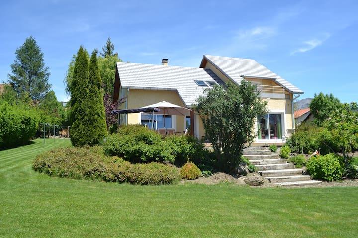 Maison de 170m2 sur 3300m2 de jardin. Au calme.