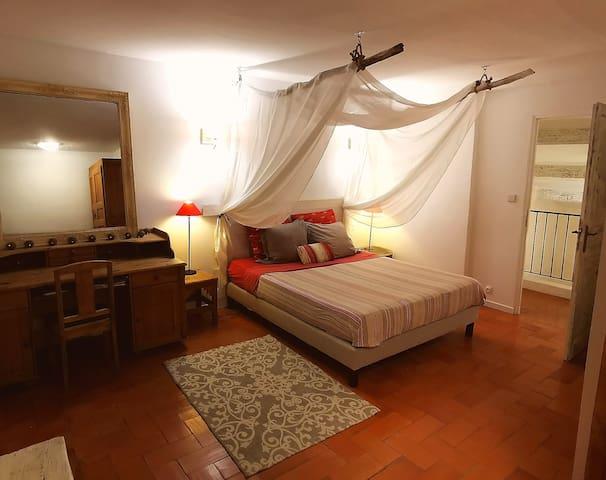 Grande chambre avec un lit 160cm et son baldaquin
