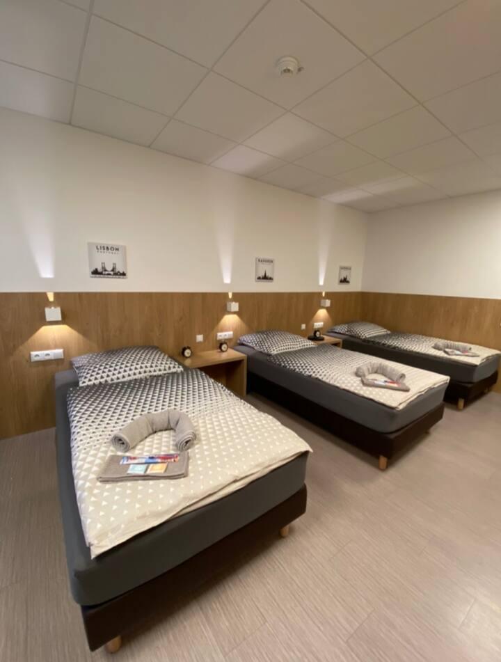 Dreibettzimmer-Gemeinsames Badezimmer