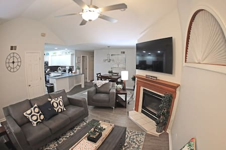 Manteno Luxury Comfy Cozy home with- 2 king beds!