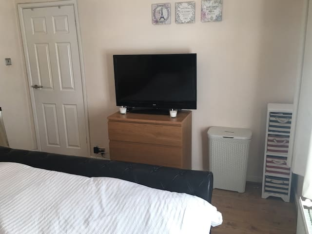 Large double Room furnished with TV - Bournemouth - Ev