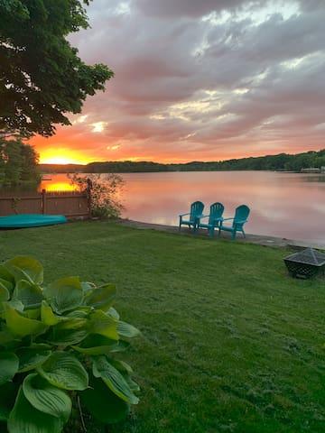 Lakeside studio apartment. Kayaks for use!