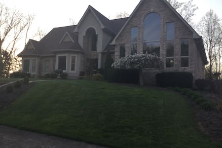Private room in home near BMS - Kingsport