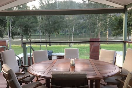 Luxury Villa right on the Hawkesbury with mooring. - Wisemans Ferry
