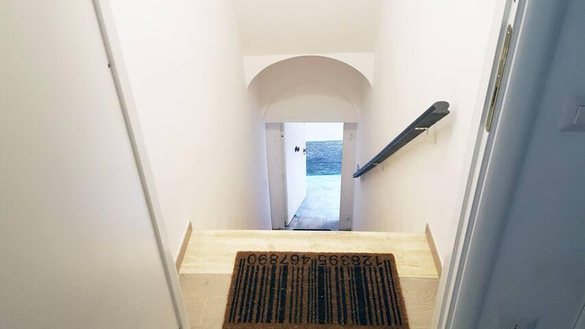 L'entrata per accedere all'appartamento.