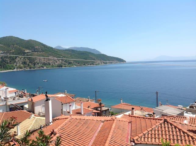Havsutsikt i genuin grekisk by - Limni - Hus