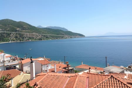Havsutsikt i genuin grekisk by - Limni - Rumah