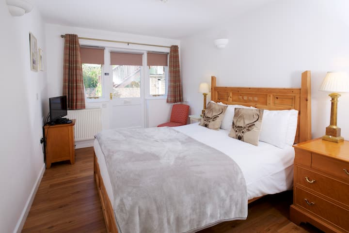 Tom Hayter - King size pet-friendly with patio