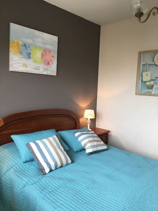 Chambre 2, avec petit balcon et garde-robe Bedroom 2, with little balcony and wardrobe