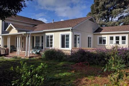 Spacious 3 bd, 2 bath Ranch Home in Hills Near SFO - South San Francisco - Huis