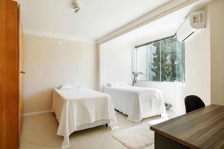 Quarto 4 piso térreo - 2 camas Box, com uma auxiliar em uma delas - Ar condicionado. É possível juntar as duas camas formando uma cama de casal. (sugerido, 2 adultos e uma criança).