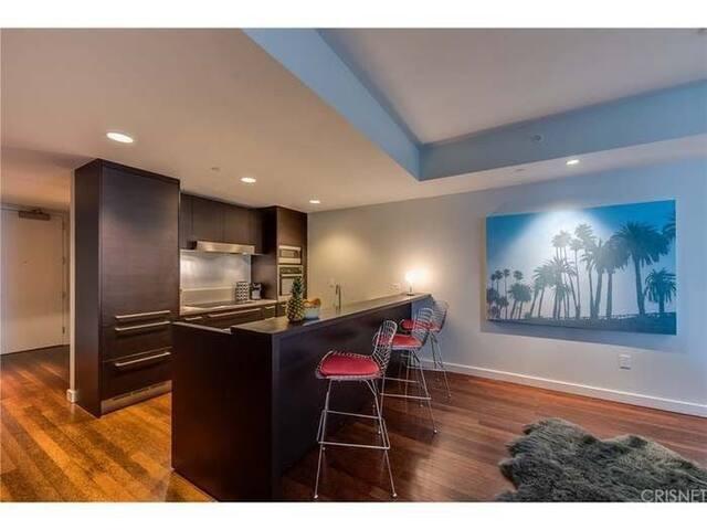 2Bedroom, 2Bath.  Downtown Hollywood. 1300 SQfeet