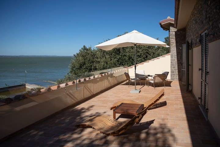 The Loft, waterfront penthouse, Monte del Lago
