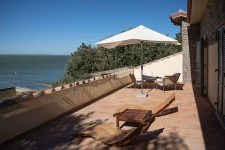 The Loft, waterfront penthouse, Monte del Lago