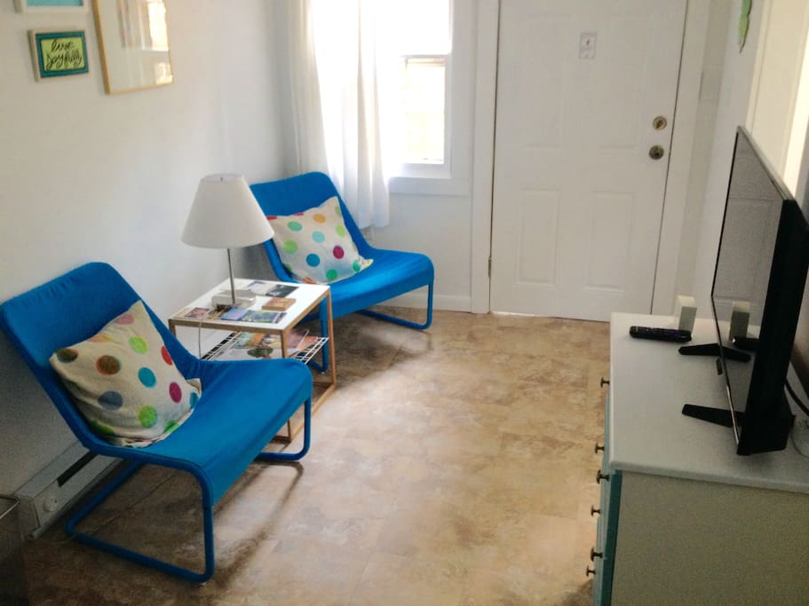 Our entry sitting area with a Roku TV we offer Netflix and Amazon Video, bright colors and comfortable chairs.