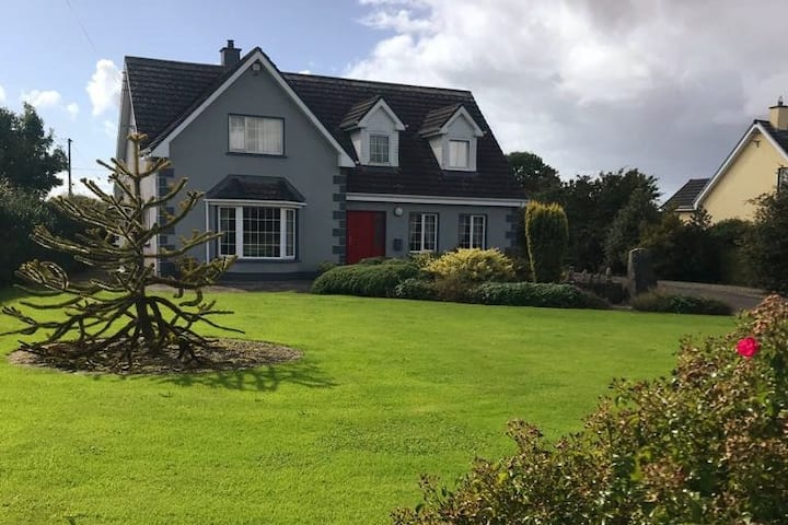 Relaxing stay in Ballinderreen Village