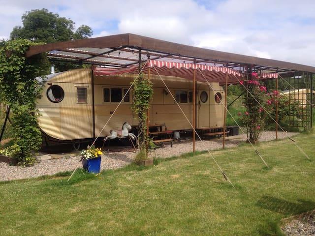 cosy vintage american caravan - churchinford - Campingvogn