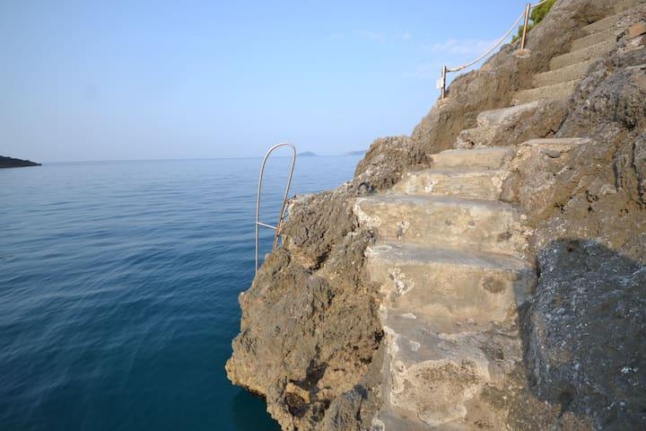 Ein Hängematte mit Blick aufs Meer und Privé Zugang zu den felsigen Strand