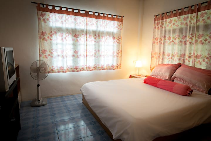 cosy air-con room with cable tv, opposite beach - เกาะสมุย
