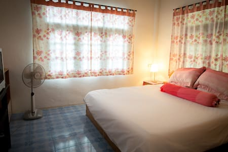 cosy air-con room with cable tv, opposite beach - Ko Samui