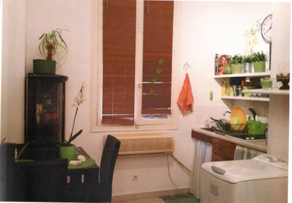 Zona cucina con tavolo 4 posti