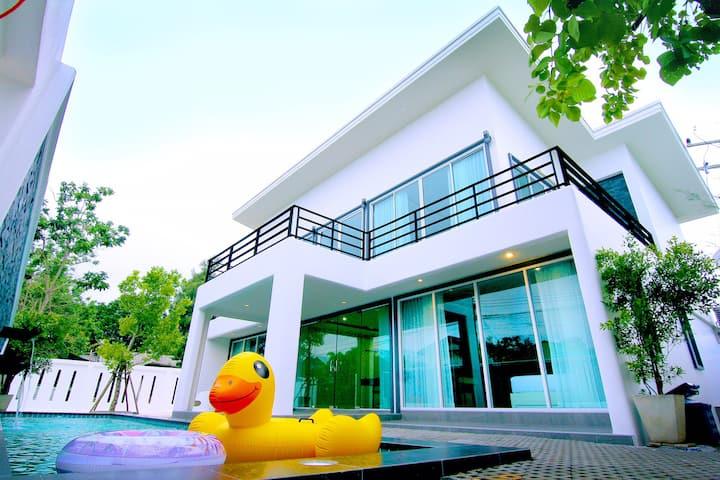บ้านวาฬวิลล่า วิลล่าหรูหาดเจ้าสำราญ สระว่ายน้ำใหญ่ แบบหมู่คณะ