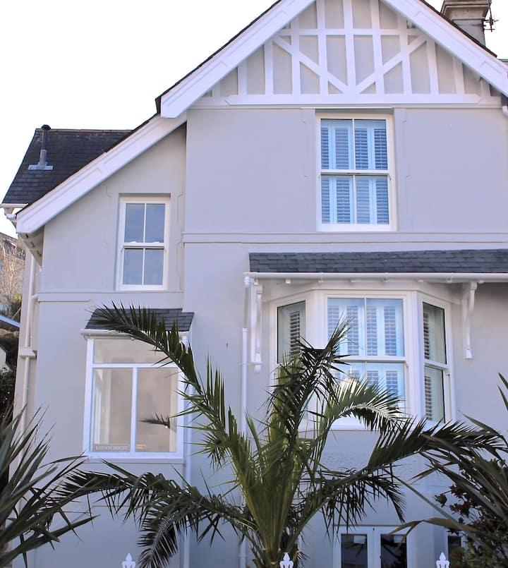 Spacious, stylish Salcombe holiday home & parking