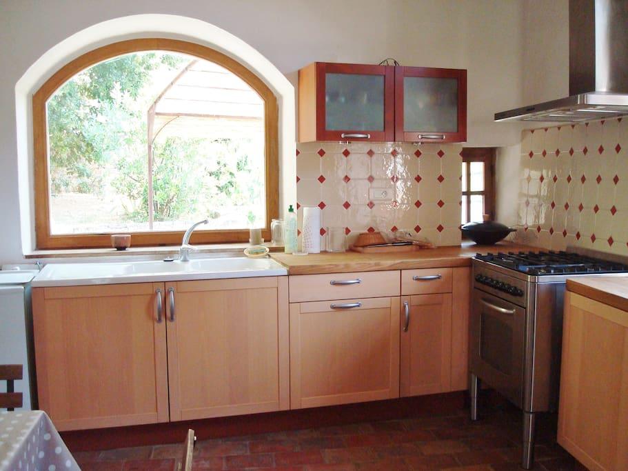 La cuisine vue sur la tonnelle