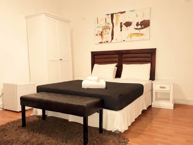 Habitación cómoda en un espacio tranquilo
