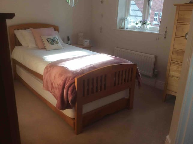 Beautiful & modern en-suite bedroom in Thame