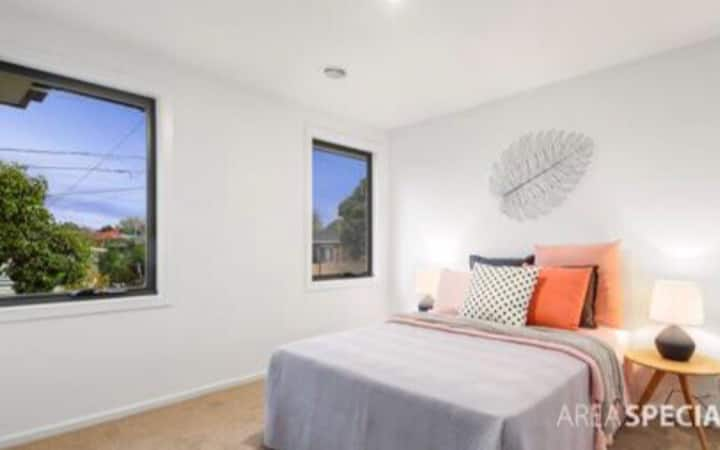 room for rent in a brand new townhouse in Melb.