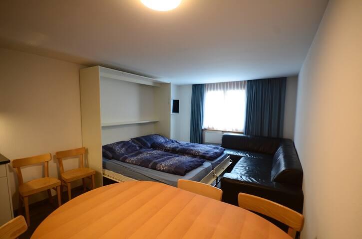 Wohnzimmer mit zwei Klappbetten