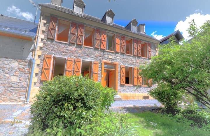 Vaste maison ancienne rénovée avec grand jardin.