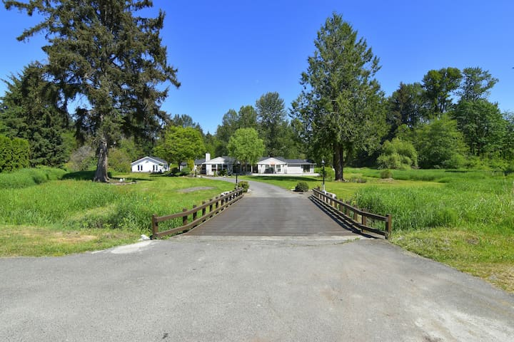 Peaceful One of a kind property on 5.5 acres with a creek, pond, hot tub, fire pit, wedding barn, BBQ, and centrally located!