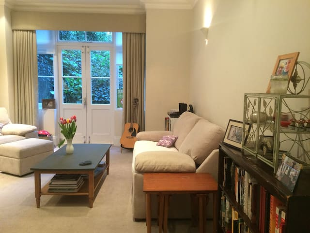 Gorgeous London 2 Bed/2 Bath—Private Garden!!