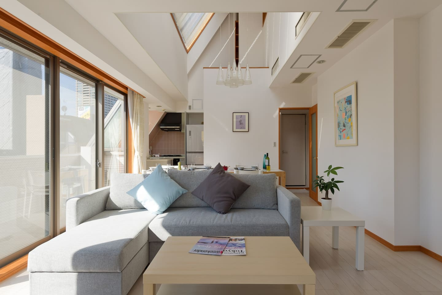 Vast 55㎡ Sunny Living Dining Room with Roof Garden with the view of Tokyo Tower. Dining table for 10 people. Easy to use Kitchen and bath room attached.  広々36畳 明るいリビングダイニング。広々ルーフガーデンから東京タワーが見えます。使いやすいキッチンと、ユニットバスが付属しています。