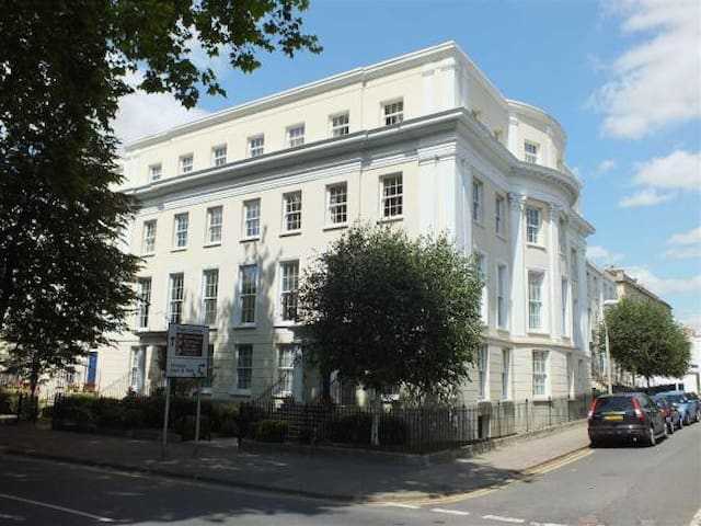 Beautiful Central Cheltenham Apartment