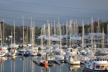 Gîte de la Mer sur le port de Lézardrieux...