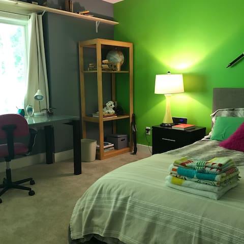 Quiet room in beautiful modern home
