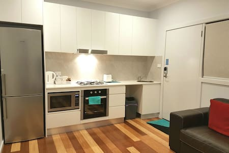 New self-contained 1BR @ convenient location - Lawson - Gästesuite