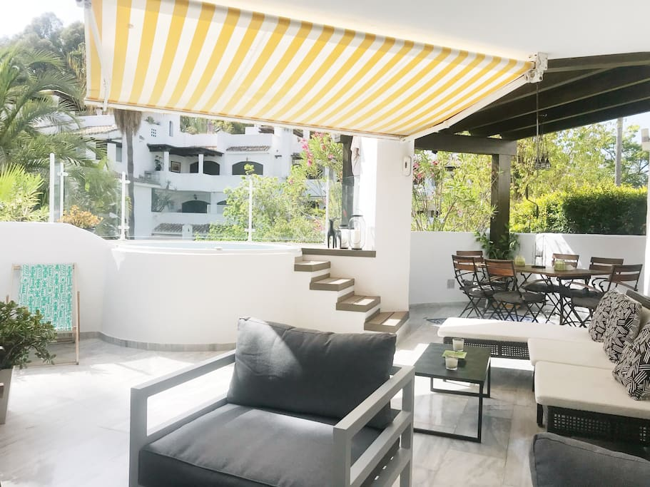 Large balcony with canopy/Terraza con toldo
