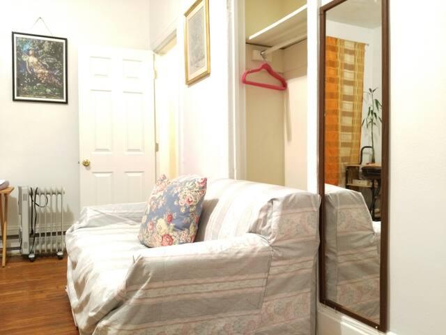 带独立卫生间大卧室邻近宾大校园,一楼,近费城市中心和各种景点