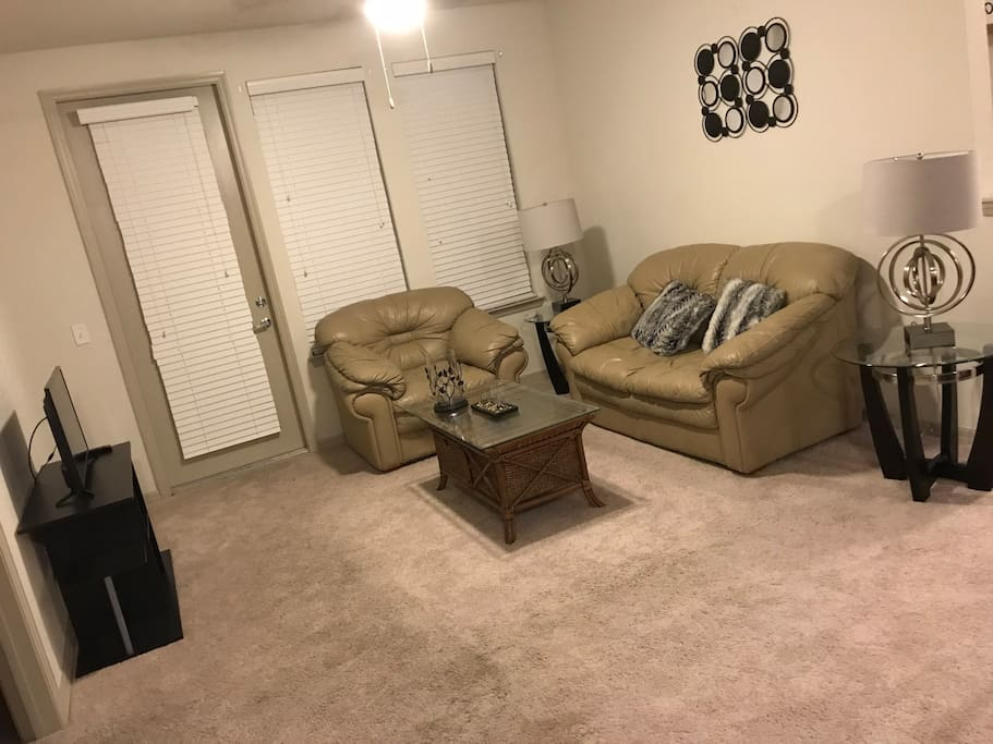 Living area: lamps, cable Tv, 2 cozy couches!